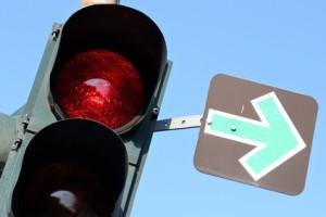 An einer roten Ampel mit grünem Pfeil ist besondere Vorsicht geboten.