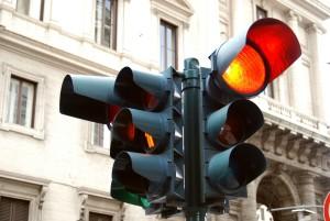 Rote Ampel überfahren? Ein Rotlichtverstoß kann teuer werden.