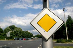 Wenn Sie dieses Schild sehen, befinden Sie sich auf einer Vorfahrtsstraße.