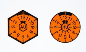 So sehen AU- und HU-Plakette aus.