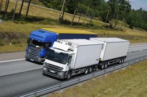 Auch Lkw-Fahrer müssen sich an das Überholverbot halten.