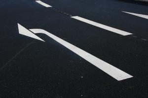 Wenn zwei Fahrzeuge nach links möchten, so müssen sie voreinander abbiegen.