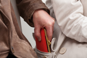 Durch ein Selbstverteidigungstraining können sich auch Senioren wehren, wenn sie z. B. bestohlen werden.