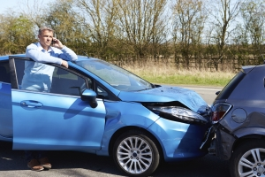 Ein Anwalt für Verkehrsrecht übernimmt bei einem Unfall die Korrespondenz mit dem Unfallgegner.