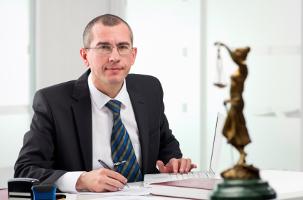 Bei einem Einspruch gegen den Bußgeldbescheid kann ein Rechtsanwalt hilfreich sein.