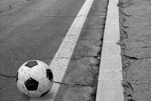 Wenn plötzlich ein Ball auf die Straße rollt, kann dies einen Auffahrunfall begünstigen.