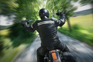 Bei einem Motorradunfall besteht ein hohes Verletzungsrisiko.
