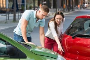 Die Frage nach einem Autounfall: Was tun? Mit unserer Checkliste sind Sie im Notfall vorbereitet.