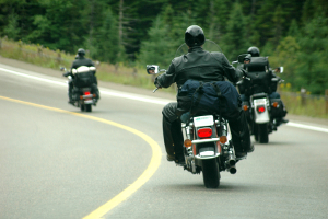 Schwere Kopfverletzungen sind bei einem Motorradunfall ohne Helm normalerweise unvermeidbar.