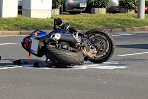 Motorradunfall: Ohne Helm zu fahren, kann außerdem Auswirkungen auf die Versicherung haben.