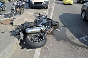 Ein Motorradunfall ohne Helm endet oft mit dem Tod des Fahrers.
