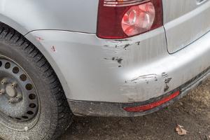 Auch wenn nach einem Unfall im Parkhaus nur Kratzer zu erkennen sind, müssen Sie auf den Fahrzeugbesitzer warten.