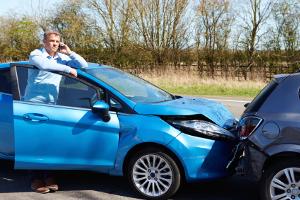 Bei einem Unfall mit dem Firmenwagen können die Kosten zwischen Arbeitgeber und -nehmer aufgeteilt werden.