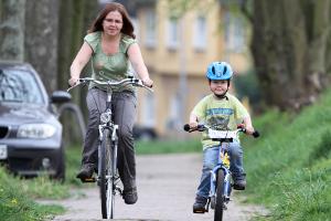Einem Unfall mit einem Kleinkind kann durch Verkehrserziehung entgegengewirkt werden.