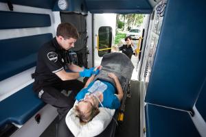 Fußgänger, die vom Auto angefahren wurden, können Schmerzensgeld beantragen.