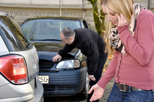 Kommt es mit einem Carsharing-Fahrzeug zum Unfall, hilft der jeweilige Anbieter bei Fragen meist telefonisch weiter.
