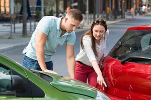 Wenn beim Carsharing ein selbstverschuldeter Unfall geschieht, kann eine hohe Selbstbeteiligung fällig werden.