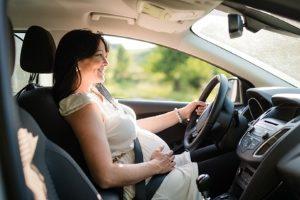 Ist Autofahren während der Schwangerschaft erlaubt? In diesem Ratgeber gibt's die Antwort!