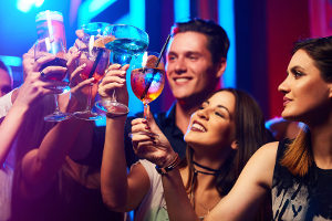 Eine nächtliche Ruhestörung durch laute Musik während einer Party kann mit einem Bußgeld sanktioniert werden.