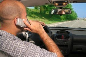 Geblitzt mit dem Handy am Ohr: Das kann noch teurer werden.