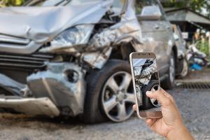 Um nach einem Unfall die Schuldfrage zu klären, kann ein Unfallbericht hilfreich sein.