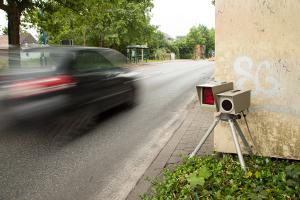 Sie blitzen innerorts und außerorts: Radarfallen kommen Temposündern überall auf die Spur.