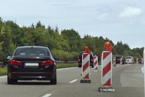 Baustellen werden häufig auf Autobahnen errichtet, um Straßenausbesserungen vorzunehmen.
