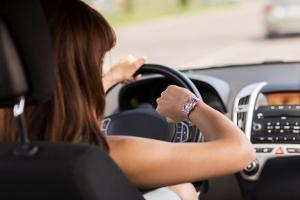 Ist auf der Autobahn ein Drängler hinter Ihnen, sollten Sie ruhig bleiben und dieses überholen lassen.