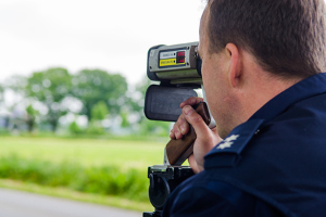 Wird die in Deutschland geltende Geschwindigkeitsbegrenzung überschritten, können Sie geblitzt werden.