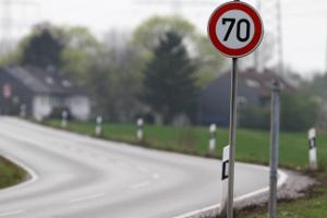 Schilder zur Geschwindigkeitsbegrenzung: Ein Schild kann innerorts wie außerorts die Geschwindigkeit vorgeben.