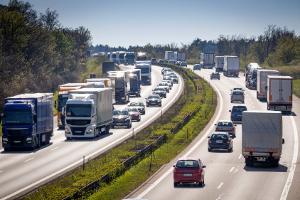 Ob Höchstgeschwindigkeit auf der Autostraße oder Autobahn: Ein Verkehrsschild regelt die Geschwindigkeit.
