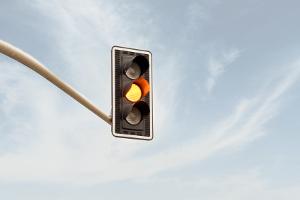 Ampel: Die Gelbphase ist ein Mysterium - wie lange dauert sie und muss ich währenddessen anhalten oder darf ich fahren?